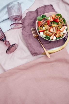 Salāti ar grilētu vistu un zemenēm