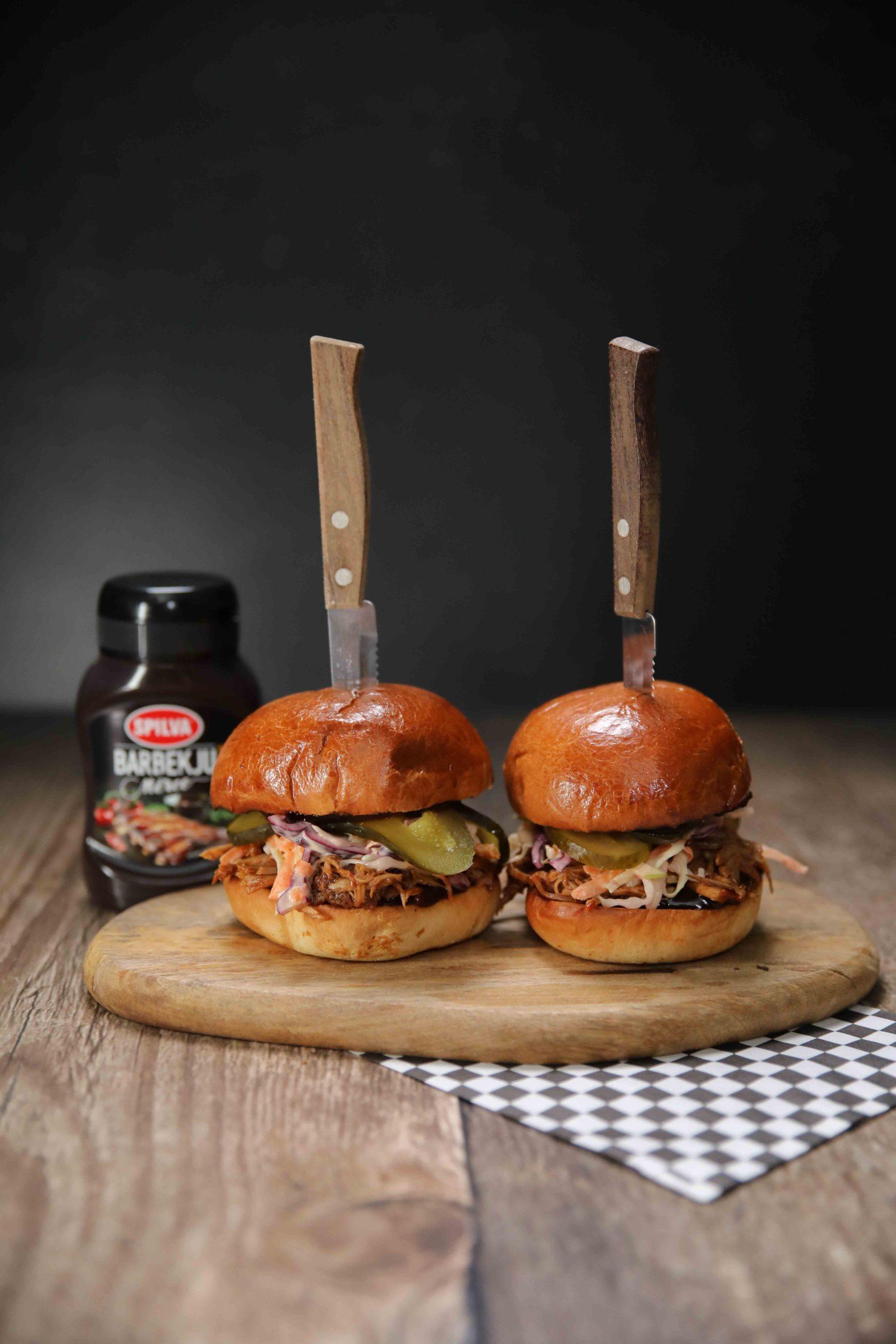 Plucinātas cūkgaļas burgers ar BBQ mērci
