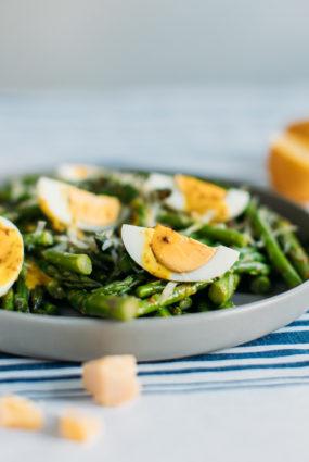 Sparģeļu salāti ar sinepju mērci un olām