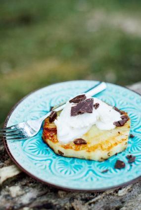 Grilēta ananasa šķēles ar saldējumu un šokolādi