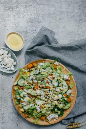 Saldā kartupeļa salāti ar fetas sieru un mango mērci