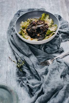Drupināta asinsdesa, lapu salāti, kaņepju eļļas, citronu sulas un valriekstu mērce