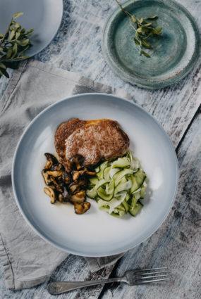 Liellopa steiks, šitaki, mazsālīti gurķu un fenheļa salāti