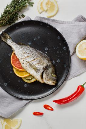 Krāsnī cepta dorada (jūras karūsa) ar citrusiem