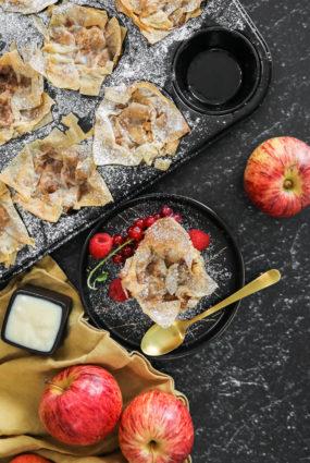 Filo mīklas groziņi ar āboliem un vaniļas mērci