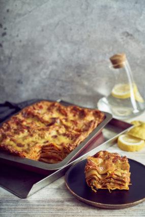 Lazanja ar dārzeņu ragu un vegāniskā siera bešamela mērci