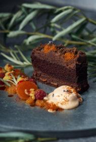 Tumšās šokolādes kūka ar smiltsērkšķu saldējumu