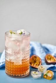 Džina kokteilis ar medus sīrupu