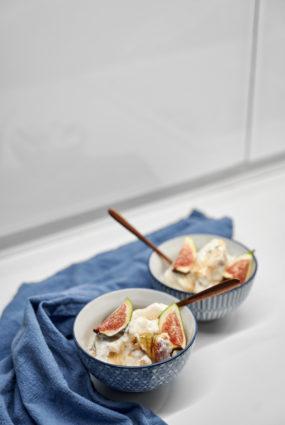 Jogurta saldējums ar cepumiem, medu un vīģēm