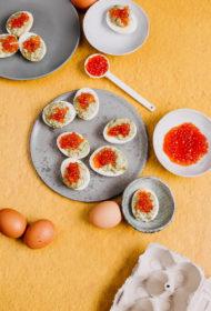 Pildītas olas ar kūpinātu lasi, diļļu majonēzi un sarkanajiem ikriem