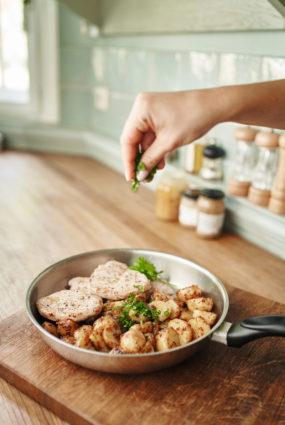 Cūkgaļa un kartupeļi sinepēs