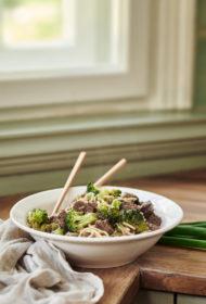 Liellopu gaļas un brokoļu ramen stir fry